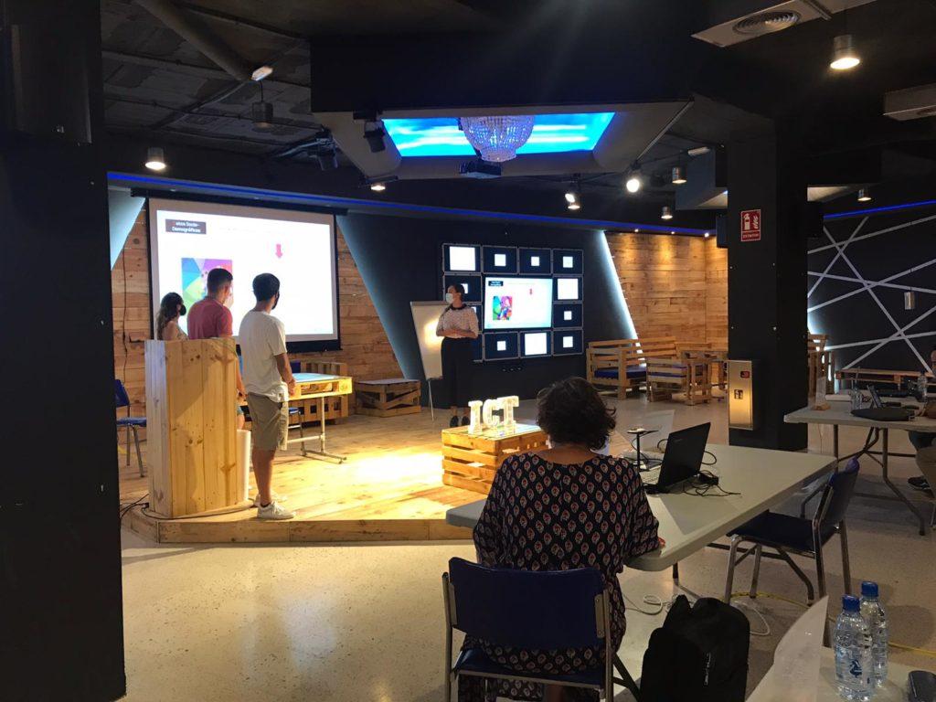 Alumnos presentando su Buyer Persona en Dirección de Marketing ICTurismo2020