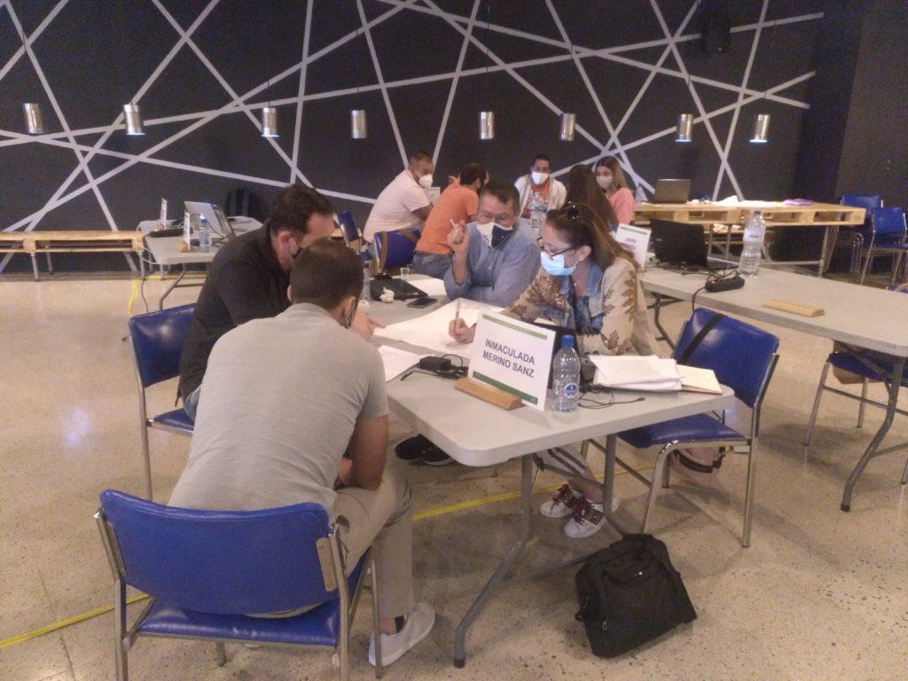 Alumnos trabajando en equipo en Dirección de Personas ICTurismo2020 Tenerife